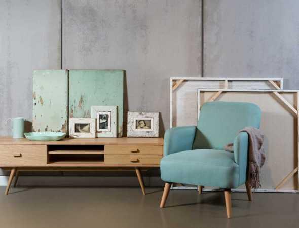 כורסא בריפוד בד ורגלי עץ בצבע תכלת