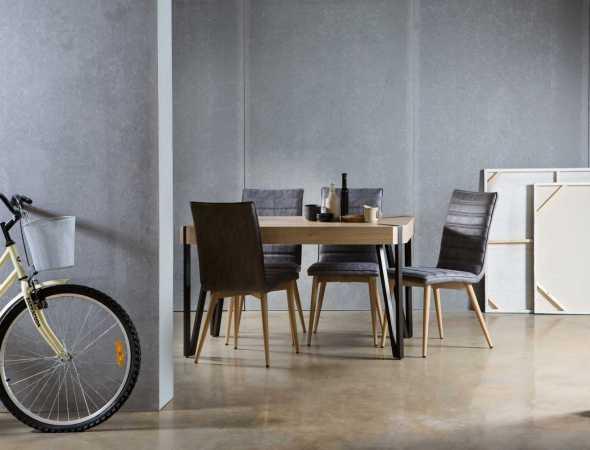 שולחן צד עשוי MDF בעל רגלי מתכת שחורה. קיים בצבעים: דמוי אלון, דמוי בטון.