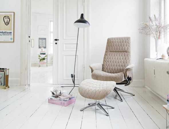 הכורסא מעוצבת בסגנון עכשווי, תומכת בישיבה באופן מושלם תוך כדי מתן תמיכה לגב בזוויות שונות ותמיכה ברגליים של הדום נפרד.