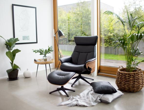 כורסא בעלת קווים נקיים, התומכת בישיבה באופן מושלם תוך כדי מתן תמיכה לגב בזוויות שונות ותמיכה ברגליים של הדום נפרד.