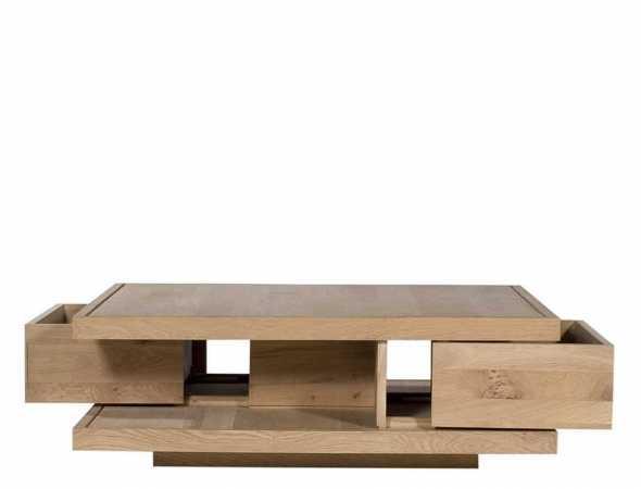 שולחן קפה שצורתו מורכבת מקווים גיאומטריים פשוטים וברורים המוסיפים מגע ייחודי לחלל.  השולחן עשוי מעץ מלא וכולל 2 מגירות המשמשות לאחסון חפצים.