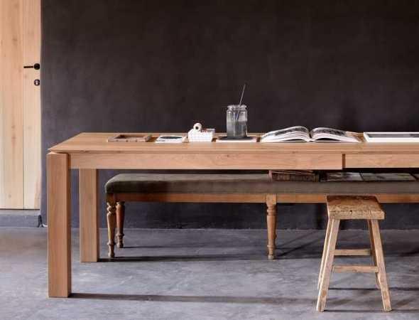 שולחן עץ שיכול לשמש כשולחן עבודה וכשולחן אוכל, קיים בגרסא נפתחת בעלת פתיחה אלגנטית .