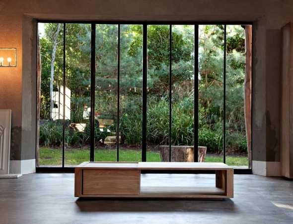 שולחן מעץ מלא חזק ומסיבי בקווים חדים וברורים המתאים לכל סלון.  מאפשר אחסון וסדר באמצעות שתי דלתות הזזה.