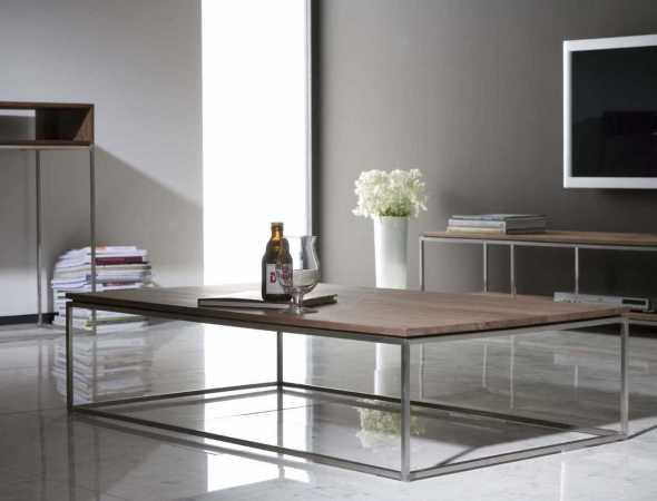 שולחן קפה דק עם רגל נירוסטה וטופ עץ, שילוב חומרים עכשווי בקוויים נקיים.