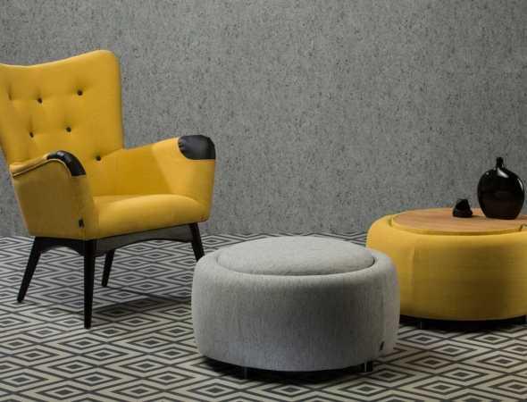 כורסא מעוצבת בסגנון רטרו המאופיינת בבסיס עץ מיוחד וישיבה תומכת.