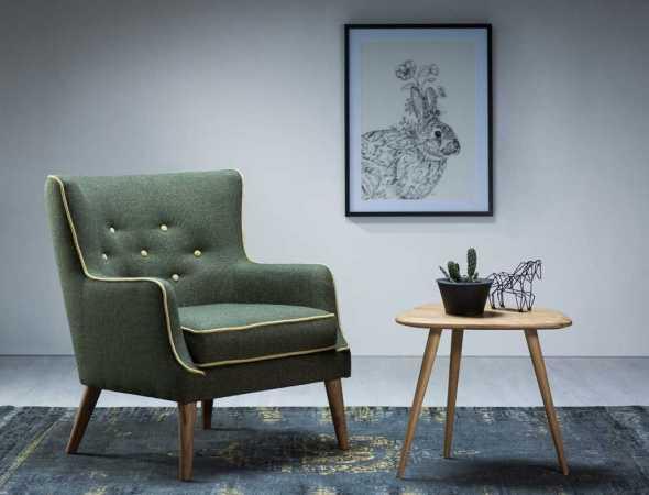 כורסא נוחה ומרווחת בסגנון רטרו. זמינה במגוון רחב של בדי ריפוד בבחירה אישית.