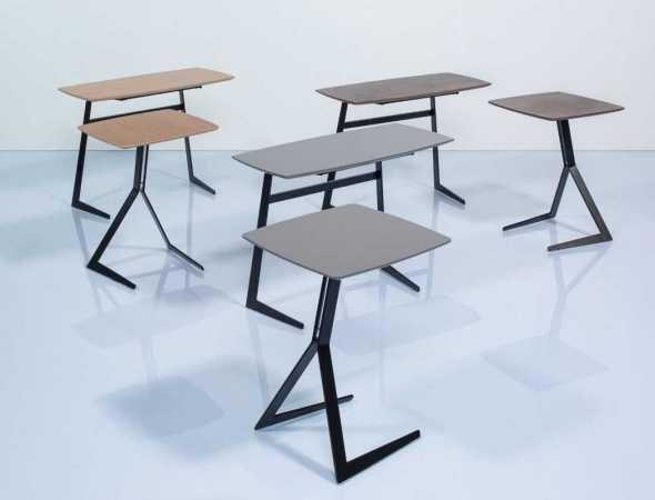 שולחן צד ממתכת שחורה בשילוב פורניר אגוז או פורניר אלון טבעי.