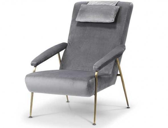 כורסא בריפוד קטיפה אפורה עם בסיס בגוון ברונזה.