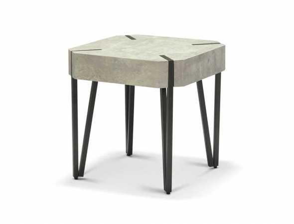 שולחן צד עם רגלי מתכת שחורה.  קיים בצבעים דמוי אלון ודמוי בטון.