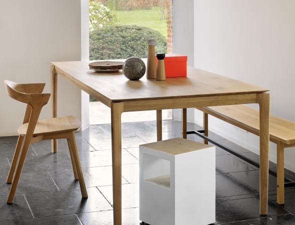 שולחן במראה עדין ואוורירי אך בעל קונסטרוקציה חזקה בעיצוב ההופך את השולחן לייחודי, אל-זמני, נצחי ומרשים.