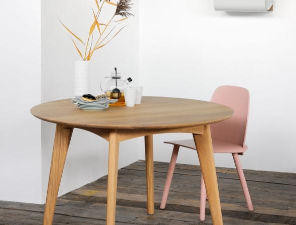 שולחן עגול מעץ מלא המוסיף חמימות ואותנטיות לבית.  ניתן להשלים את המראה עם שרפרפים תואמים מקולקציית OSSO המעניקים מראה מתוחכם לפינת האוכל.