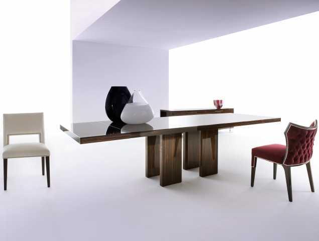 שולחן אוכל מעץ בגימור מבריק