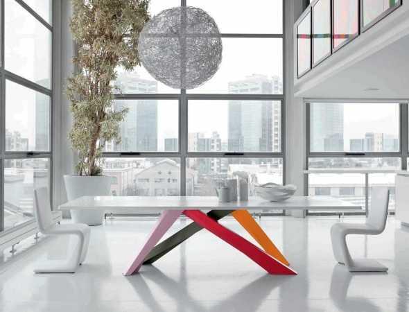 שולחן ייחודי שנותן תחושה של משחק איזון, נתיב אופטי המוביל מאלמנט אחד לאחר ומצבע לצבע. רגלי השולחן מיוצרות בחיתוך לייזר ומגיעות במגוון רב של שילובי צבעים.