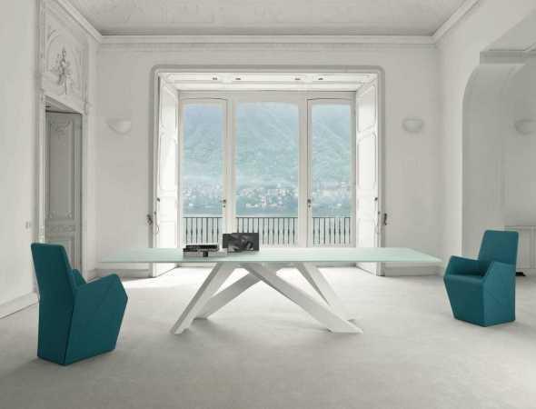 שולחן ייחודי שנותן תחושה של משחק איזון, נתיב אופטי המוביל מאלמנט אחד לאחר, רגלי השולחן מיוצרות בחיתוך לייזר ומגיעות במגוון רב של שילובי צבעים.