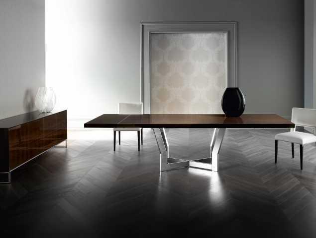 שולחן בעל בסיס מתכת ומשטח עליון מעץ