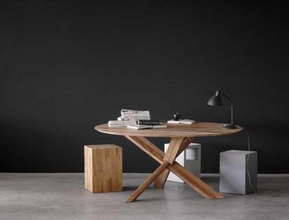 שולחן עגול מעץ מלא בעל מראה ייחודי חם ונעים. אידאלי לארוחות משפחתיות וזמין בשני גדלים.