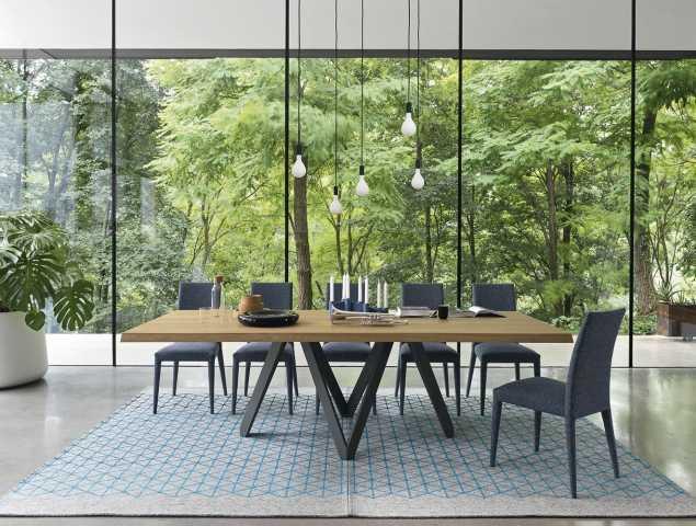 שולחן עץ עם בסיס ממתכת