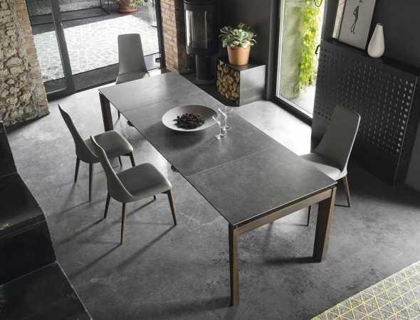 שולחן נפתח בעל בסיס מתחת ומשטח עליון מזכוכית או קרמיקה. ניתן להזמין במגוון מידות וחומרים.