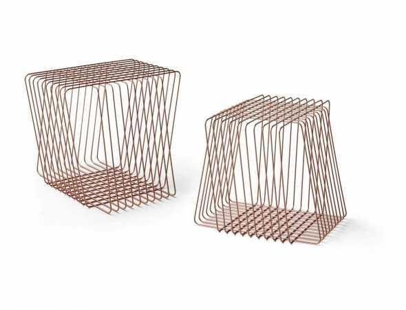 שולחן קפה במבנה גיאומטרי עשוי חוטי פלדה מעוקלים. הקונספט העיצובי מתבסס על קלילות והפחתת משקל האובייקט. קלילותו הופכת אותו למוצר רב תכליתי שניתן להעביר ממקום למקום.