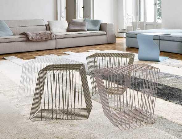 שולחן קפה במבנה גיאומטרי עשוי חוטי פלדה מעוקלים, קלילותו הופכת אותו למוצר רב תכליתי שניתן להעביר ממקום למקום.