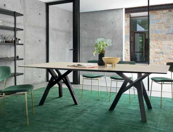 שולחן אוכל בעל בסיס מתכת ומשטח עליון מעץ. ניתן להזמין במגוון מידות וחומרים.