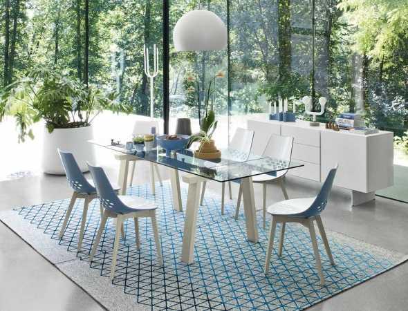 שולחן אוכל בעל בסיס עץ ומשטח עליון מזכוכית ומתכת. ניתן להזמין במגוון מידות וחומרים.