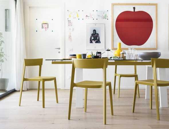 שולחן בעל בסיס עץ ומשטח עליון מזכוכית ומתכת. ניתן להזמין במגוון מידות וחומרים.