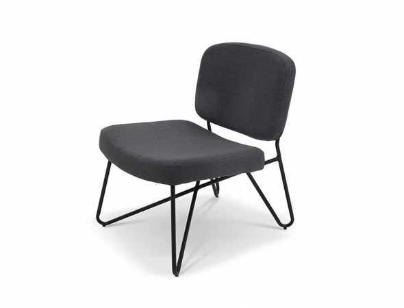 כורסא בריפוד בד עם רגלי מתכת
