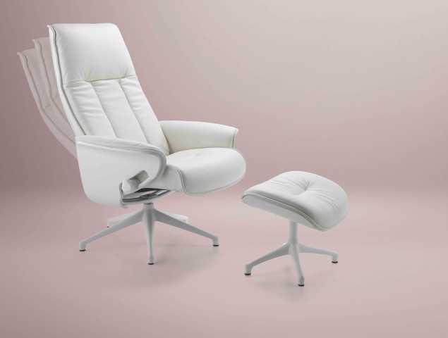 כורסא מעור בעיצוב מודרני המעניקה תמיכה לגב ותמיכה לרגליים באמצעות הדום נפרד המאפשר התאמת המרחק המדוייק בהתאם למידות היושב.