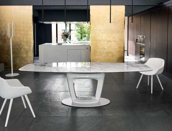 שולחן אוכל נפתח בצורת אליפסה עם משטח עליו מזכוכית. ניתן להזמין במגוון מידות וחומרים