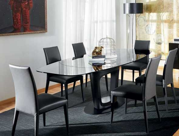 שולחן נפתח בצורת אליפסה בעל משטח עליון מזכוכית. ניתן להזמין במגוון מידות וחומרים.