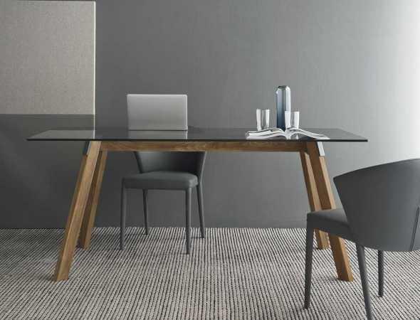 שולחן עגול עם בסיס מעץ ומשטח עליון מזכוכית. ניתן להזמין במגוון מידות וחומרים.