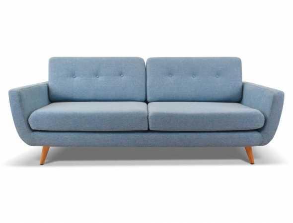 ספה תלת מושבית בריפוד בד עם רגלי עץ בגוון טבעי.