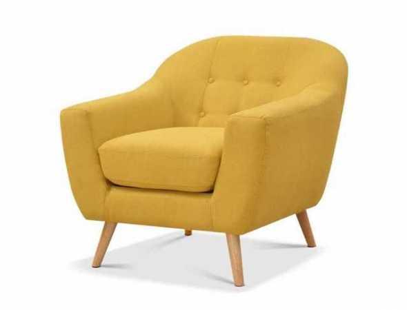 כורסא מבד עם בסיס עץ