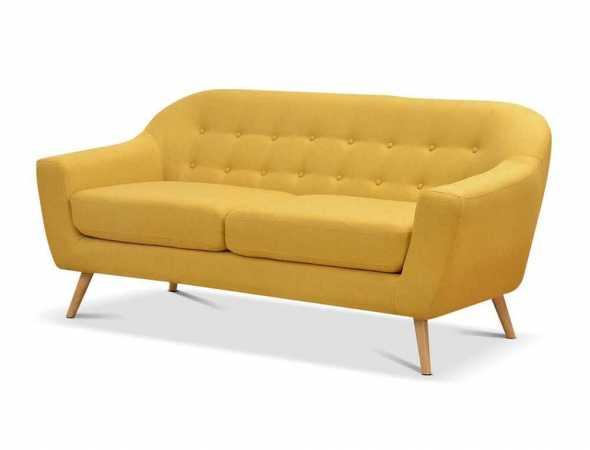 ספה תלת מושבית בריפוד בד ורגלי עץ בגוון טבעי.