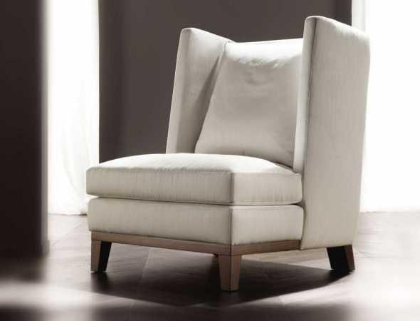 כורסא בריפוד עור עם רגלי עץ