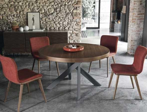 שולחן נפתח בעל רגלי מתכת ומשטח עליון מעץ. ניתן להזמין במגוון מידות וחומרים.