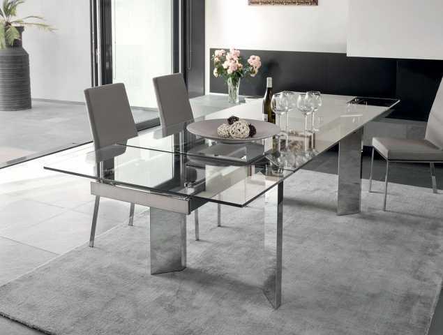 שולחן נפתח בעל בסיס מתכת ומשטח עליון מזכוכית. ניתן להזמין במגוון מידות וחומרים.