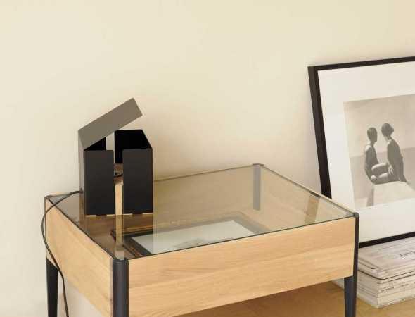 שולחן צד המאפשר תצוגה של פריטים ואביזרים להוספת צבע ואמירה אישית.