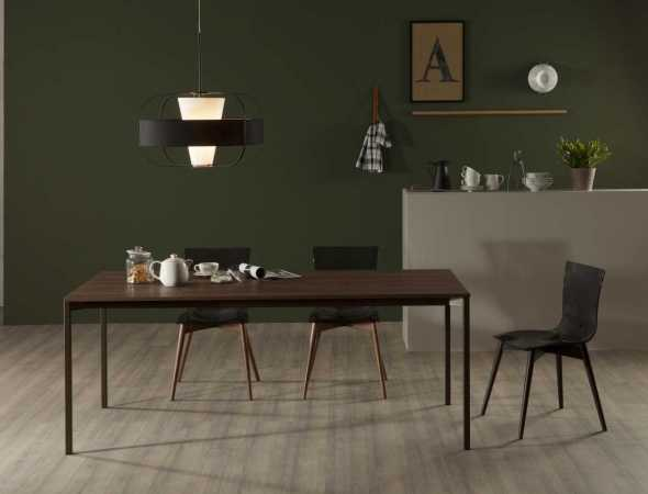 שולחן אוכל מלבני עשוי מעץ