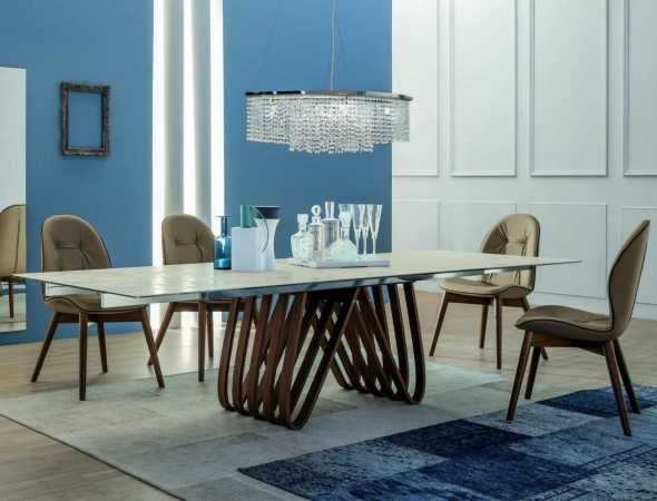 שולחן אוכל בעל בסיס מתכת ומשטח עליון מקרמיקה