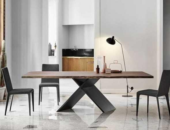 שולחן מעץ עם רגלי מתכת בקווים נקיים ושפה גיאומטרית ייחודית שגורמת לו להראות באותה עת עדין ופשוט אך חזק ועמיד.