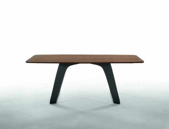 שולחן אוכל בעל משטח עליון מעץ