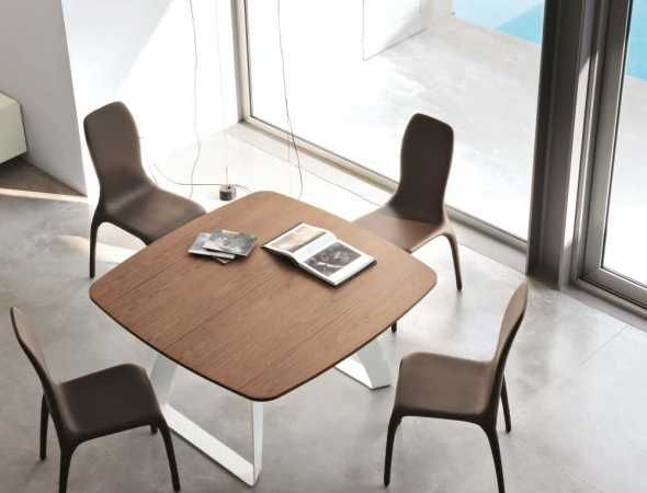 שולחן אוכל מרובע בעל בסיס מתכת ומשטח עליון מעץ