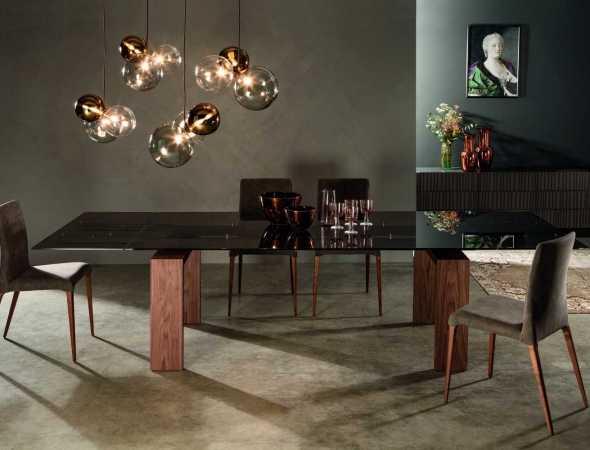 שולחן אוכל בעל משטח עליון מזכוכית ובסיס מעץ