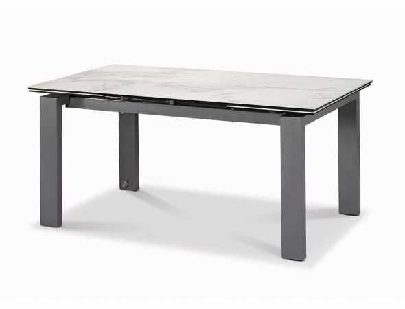שולחן אוכל בעל פלטת קרמיקה עם רגליים צבועות באפור.