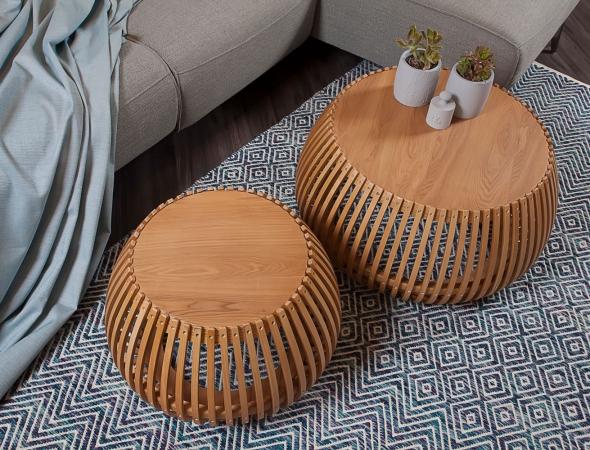 סט שולחנות סלון העשויים מעץ ASH בחיתוכיי לייזר עדינים.