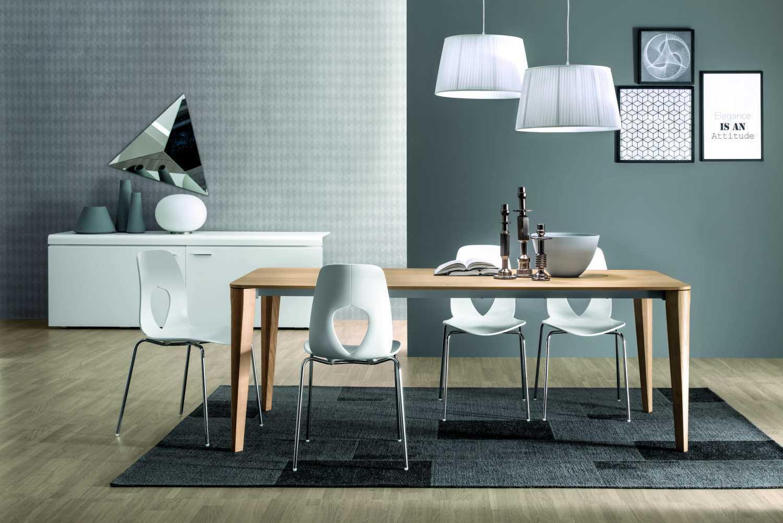 שולחן מלבני העשוי מעץ