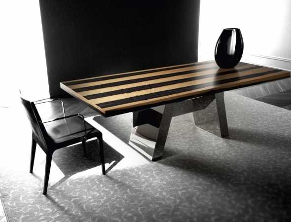 שולחן אוכל בעל בסיס מתכת ומשטח עליון מעץ