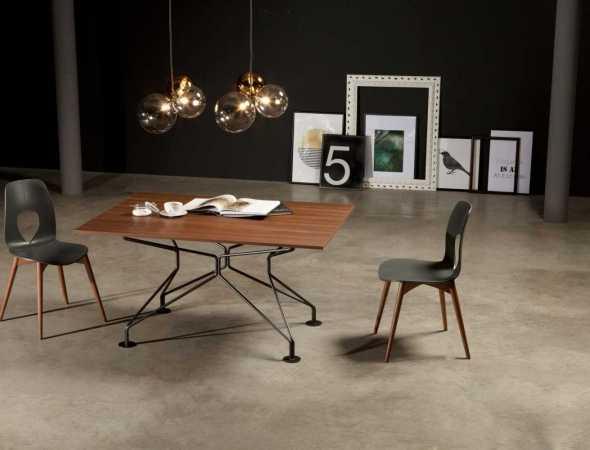 שולחן אוכל בעל משטח עליון מעץ ובסיס מתכת